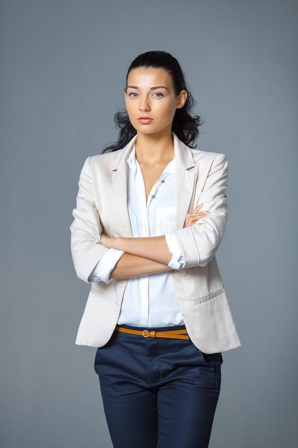 Attraktiv elegant trendig ung brunettkvinna arkivfoton