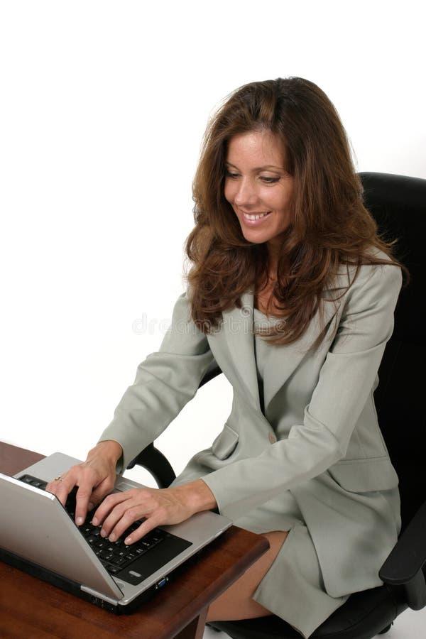 attraktiv för bärbar datorkvinna för affär 2 working arkivbild