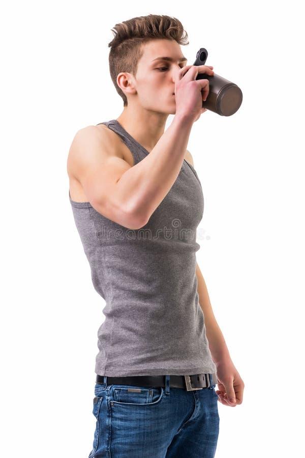 Attraktiv för proteinskaka för ung man hållande flaska arkivbilder