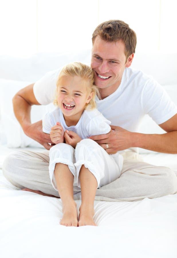Attraktiv fader som leker med hans liten flicka royaltyfri fotografi