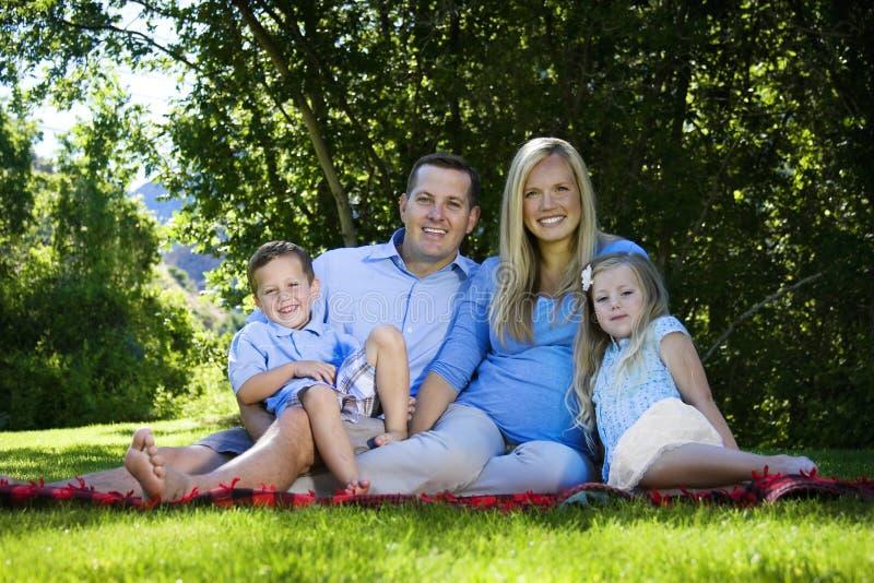attraktiv familjstående royaltyfri fotografi