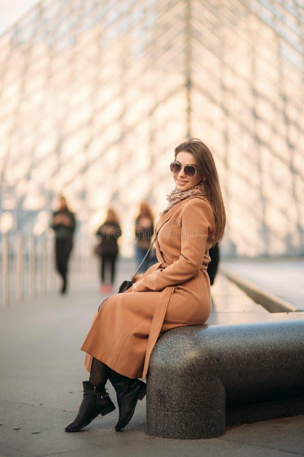 Attraktiv flicka att spendera tid i stad Härlig flickamodell i Paris royaltyfri foto