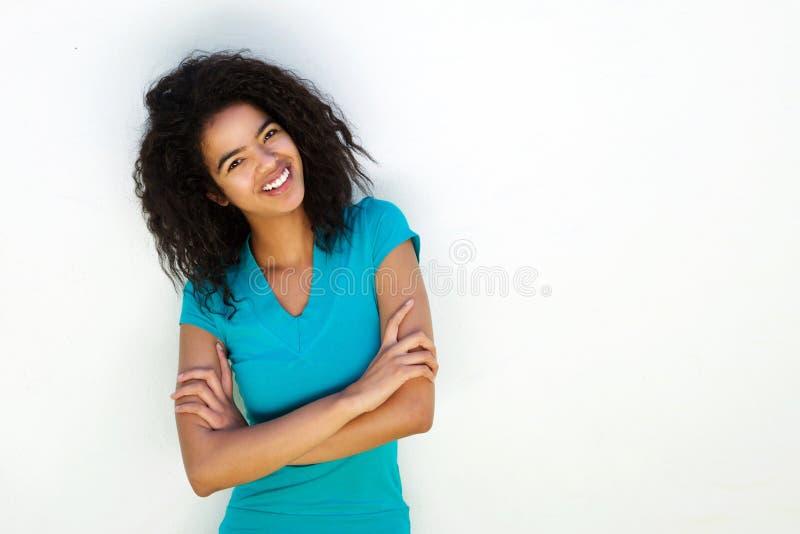 Attraktiv flicka för blandat lopp mot vit bakgrund fotografering för bildbyråer