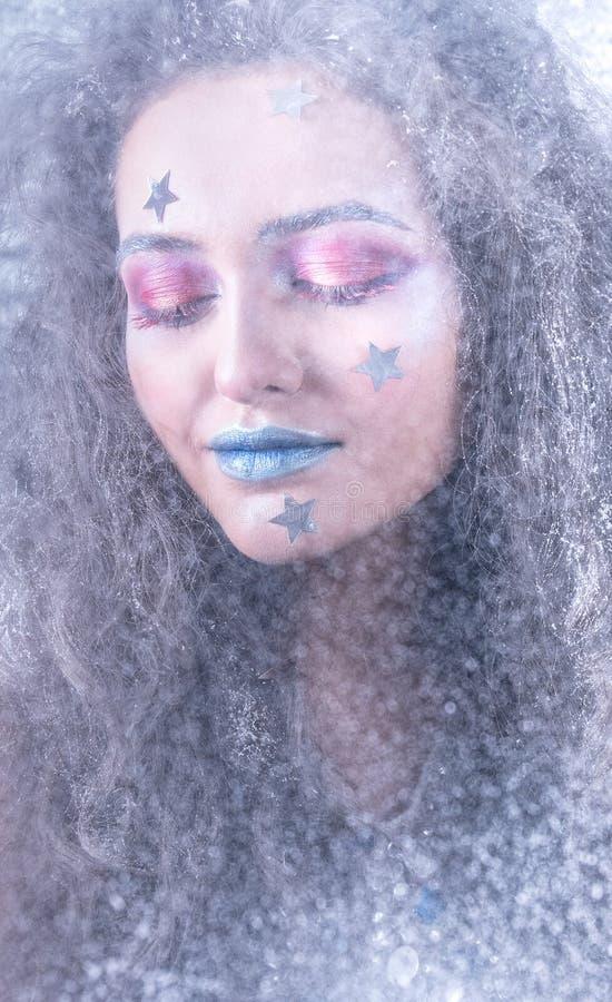 Attraktiv flicka för vinterstående i ljus makeup arkivbild