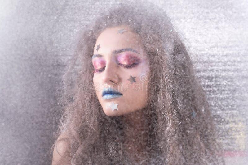 Attraktiv flicka för vinterstående i ljus makeup royaltyfri foto
