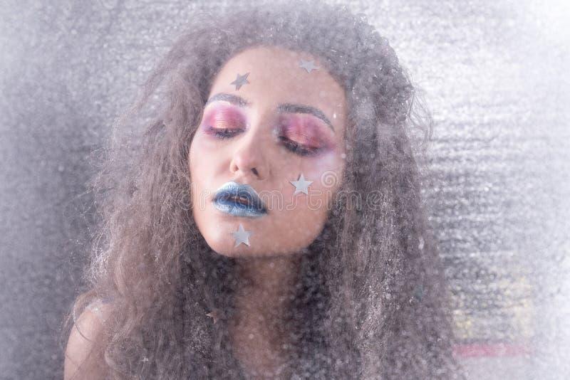 Attraktiv flicka för vinterstående i ljus makeup royaltyfria foton