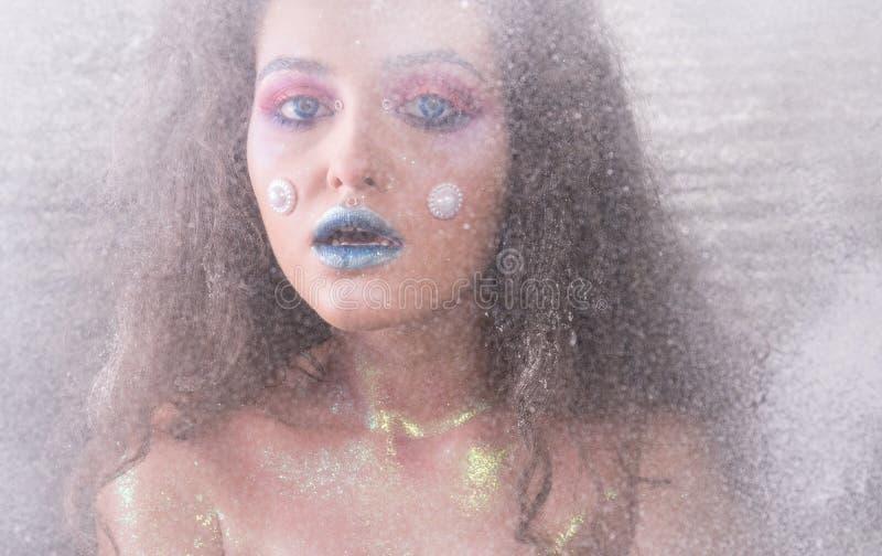 Attraktiv flicka för vinterstående i ljus makeup fotografering för bildbyråer