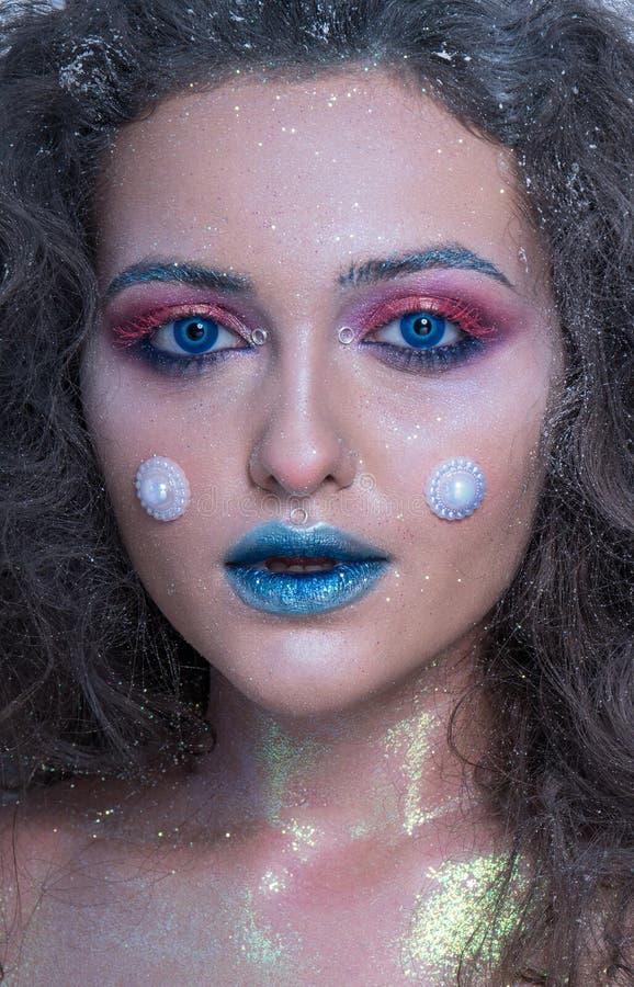 Attraktiv flicka för vinterstående i ljus makeup arkivbilder