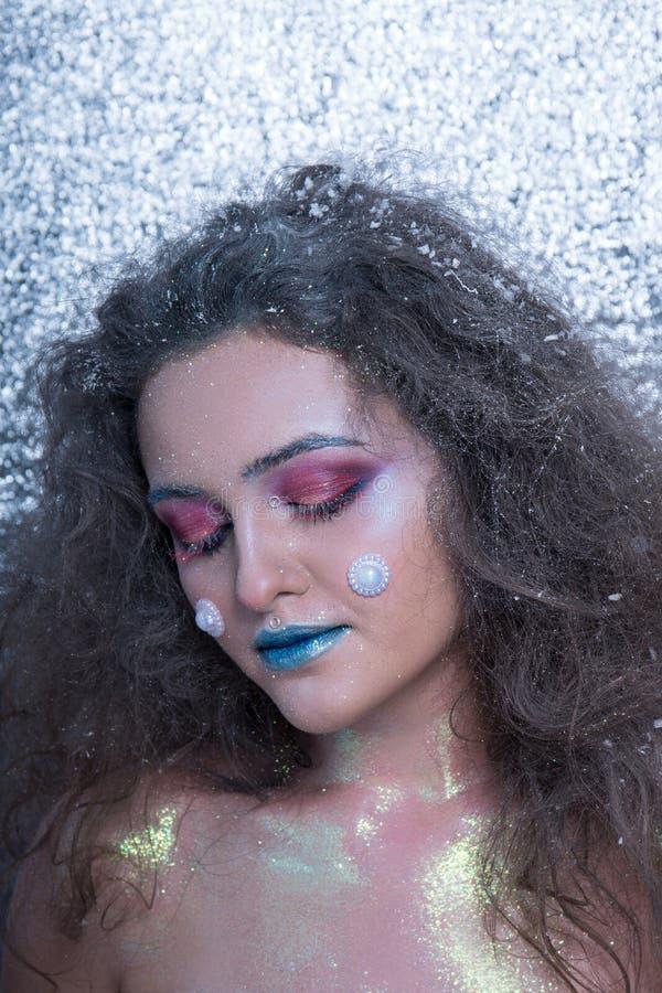 Attraktiv flicka för vinterstående i ljus makeup royaltyfria bilder