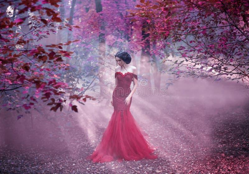 Attraktiv flicka i en rosa klänning arkivbilder