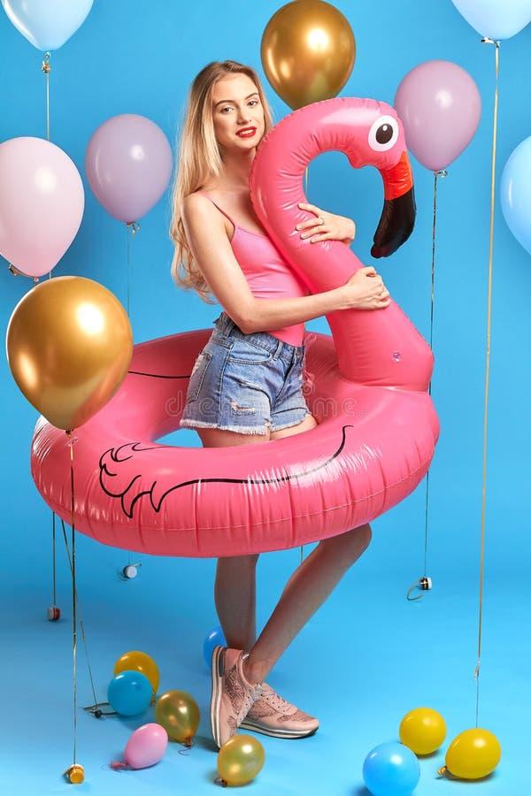 Attraktiv flicka i tillfällig kläder för mode som förbereder sig för sommarferier royaltyfria foton