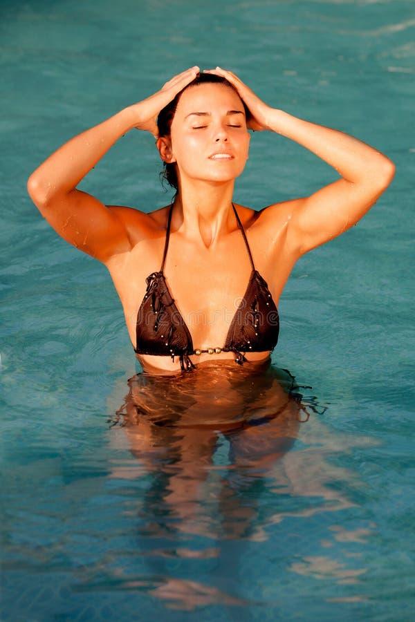 Attraktiv flicka med en brun bikini royaltyfri fotografi