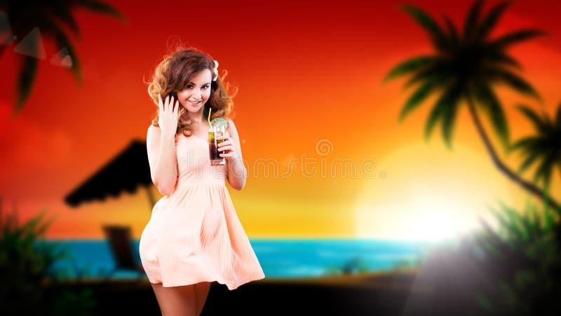 Attraktiv flicka med en drink arkivbild