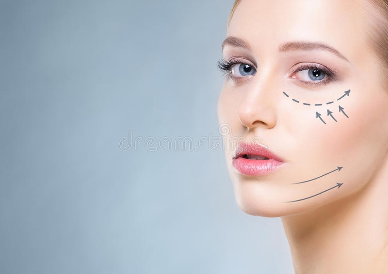 Attraktiv flicka med slät hud och pilar på henne framsida fotografering för bildbyråer