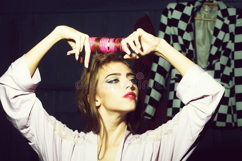 Attraktiv flicka med yair-rullar arkivfoto