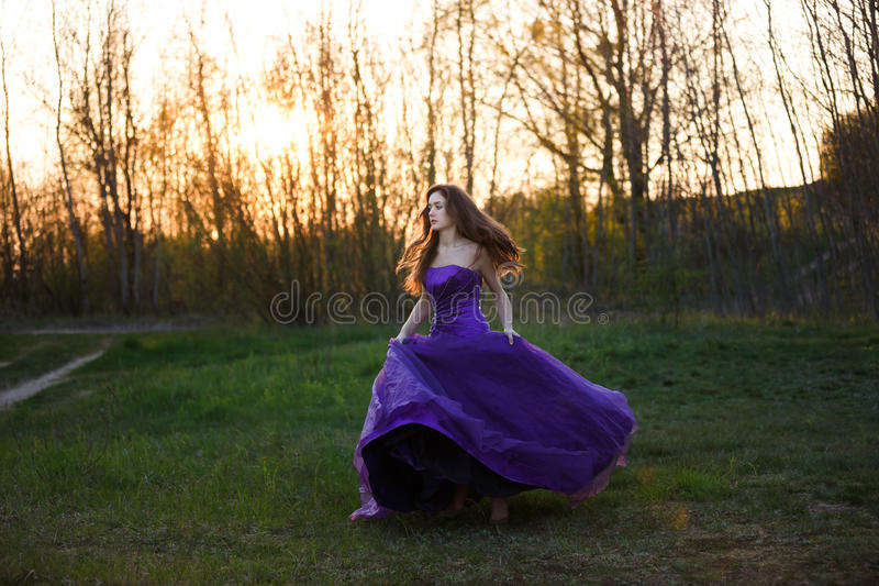 Attraktiv flicka på solnedgången royaltyfri bild