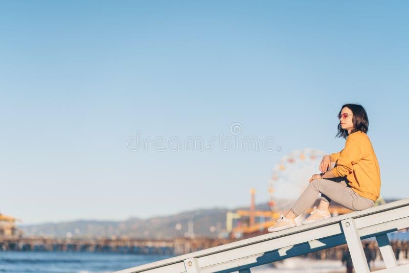 Attraktiv flicka på stranden i Santa Monica arkivfoton