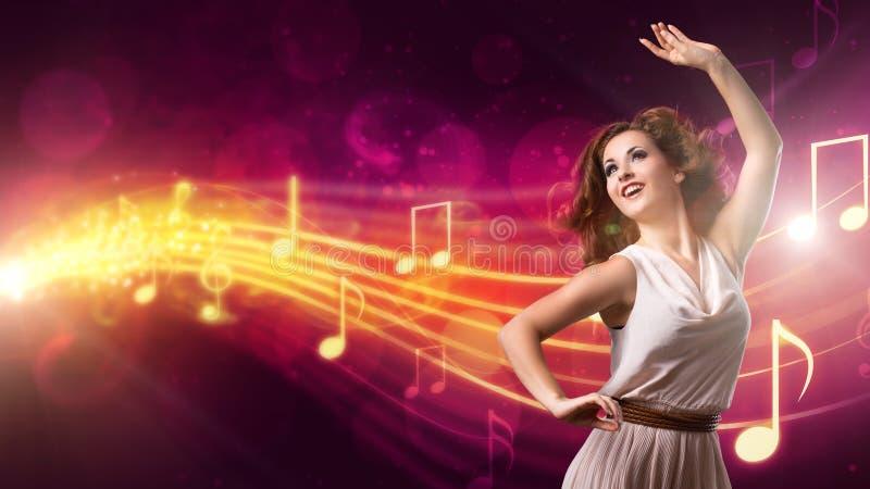 Attraktiv flicka som dansar till musik arkivfoto