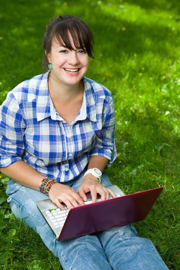 attraktiv flickabärbar datorpark royaltyfri fotografi