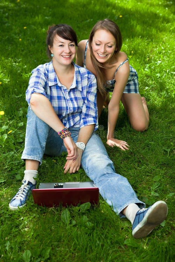attraktiv flickabärbar datorpark två arkivfoto