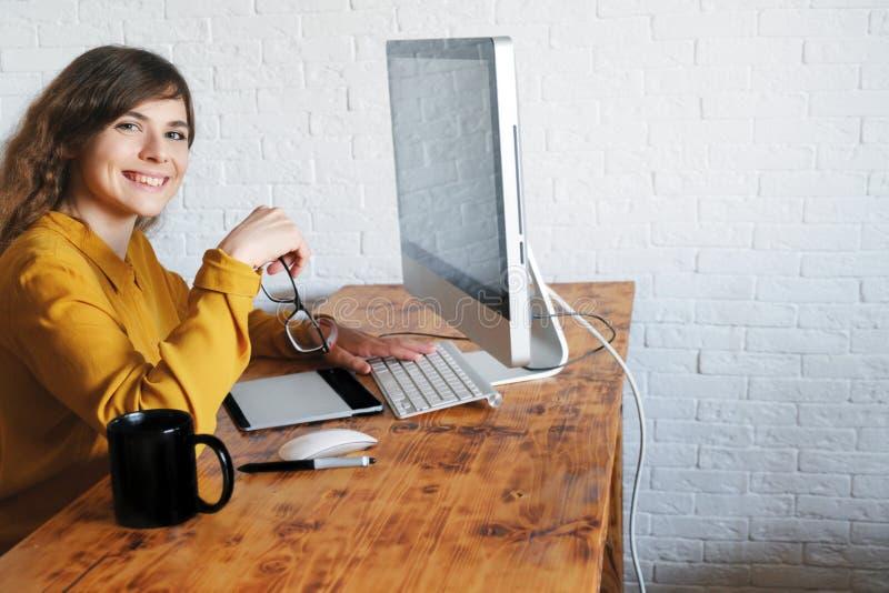 attraktiv flickakontorsworking Yrkesm?ssig grafisk formgivare arkivfoto