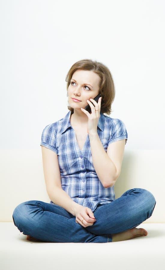 attraktiv flickamobiltelefon royaltyfri bild