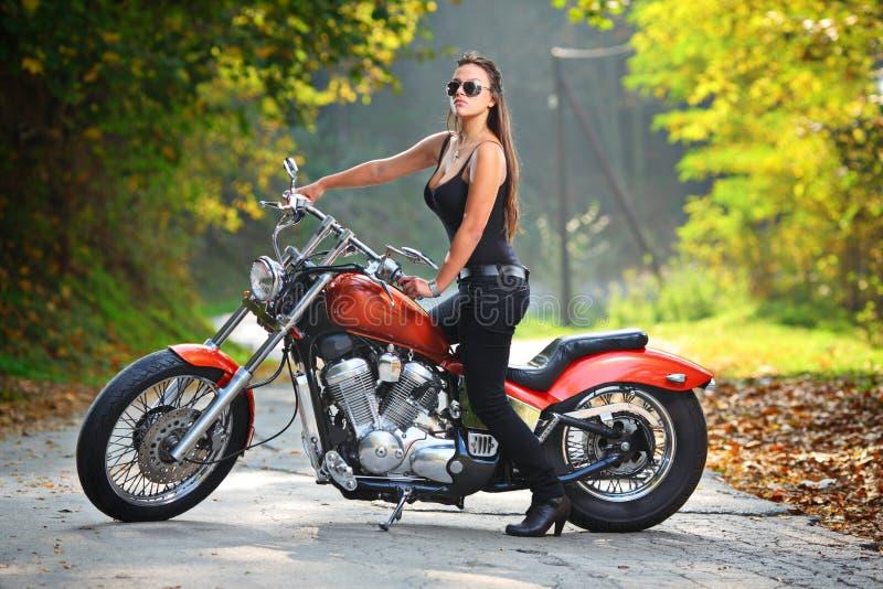attraktiv flickamotorbike royaltyfria foton