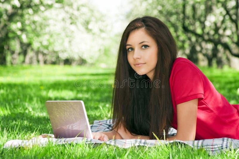 attraktiv flickapark arkivfoto
