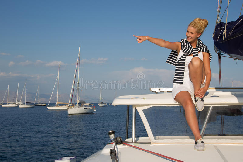 Attraktiv flickasegling på en yacht på sommardag arkivbilder