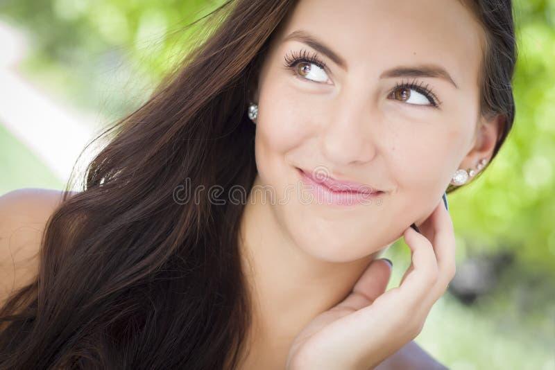 Attraktiv flickastående för blandad Race arkivbild