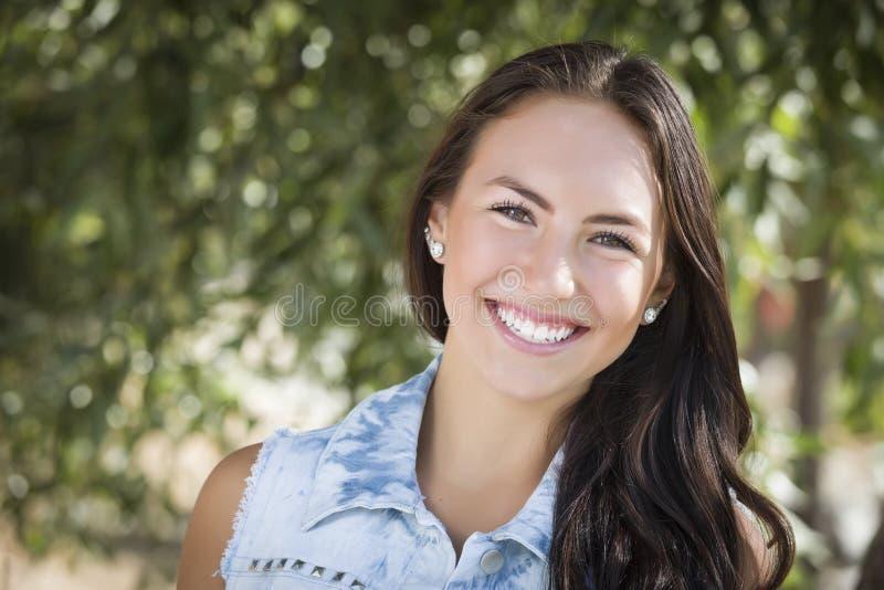 Attraktiv flickastående för blandat lopp arkivfoto