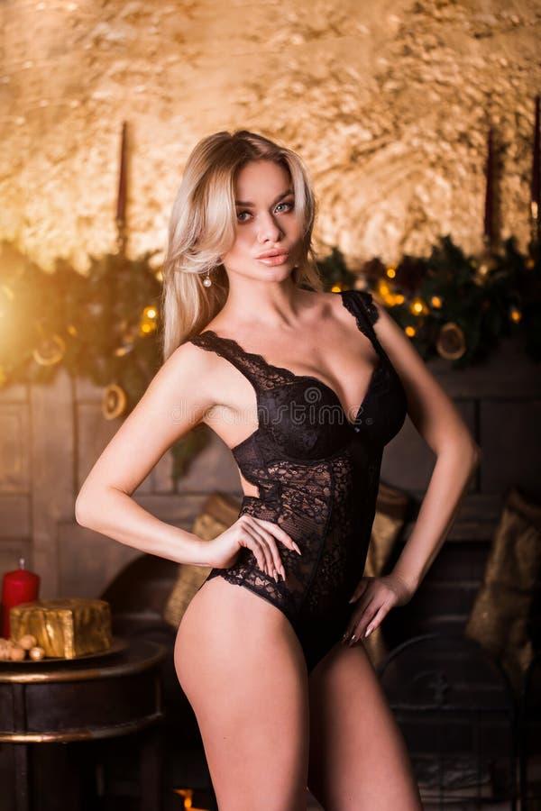attraktiv flickastående Känsla för ` s för nytt år glad jul Den lyckliga kvinnan firar ferie Bära för skönhetmodellkvinna arkivbilder