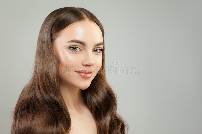 attraktiv framsidakvinna Härlig framsida med klar hud royaltyfria bilder