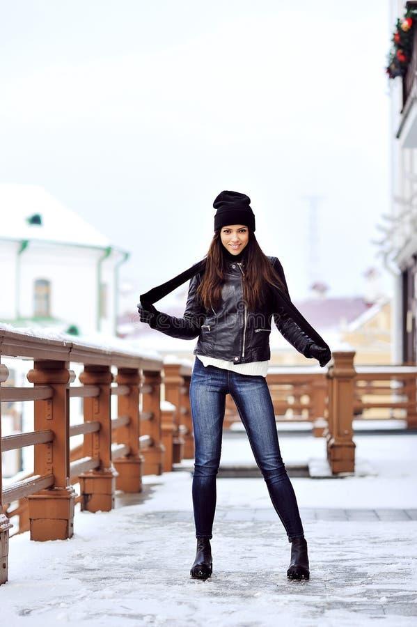 Attraktiv full längdstående för ung kvinna arkivbild