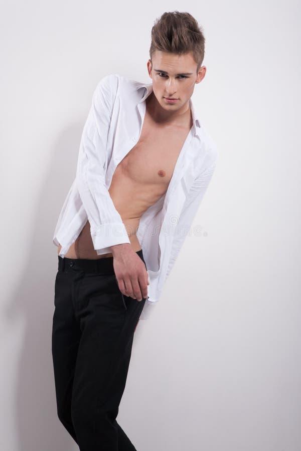 Attraktiv grabb i vit knäppt upp skjorta arkivfoton