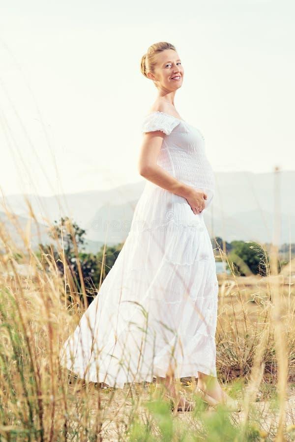 Attraktiv gravid kvinna utomhus royaltyfria bilder