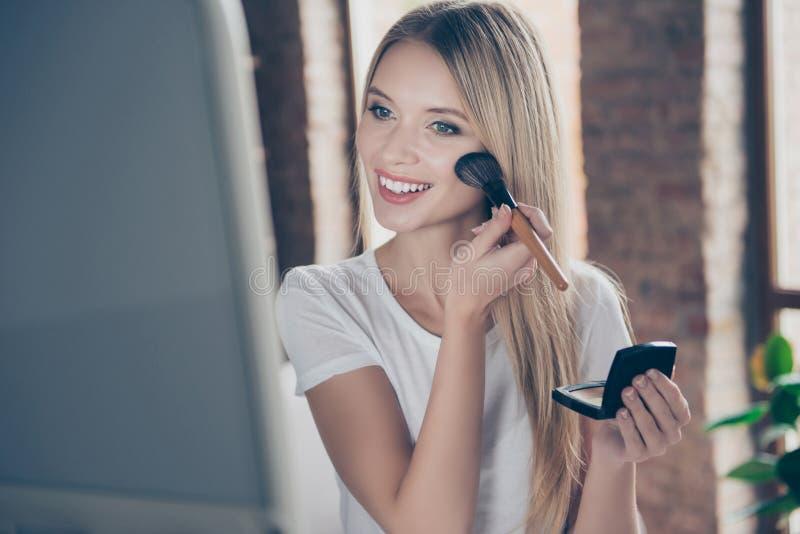 Attraktiv härlig charma bärande vitt- för glad glad kvinna arkivfoton