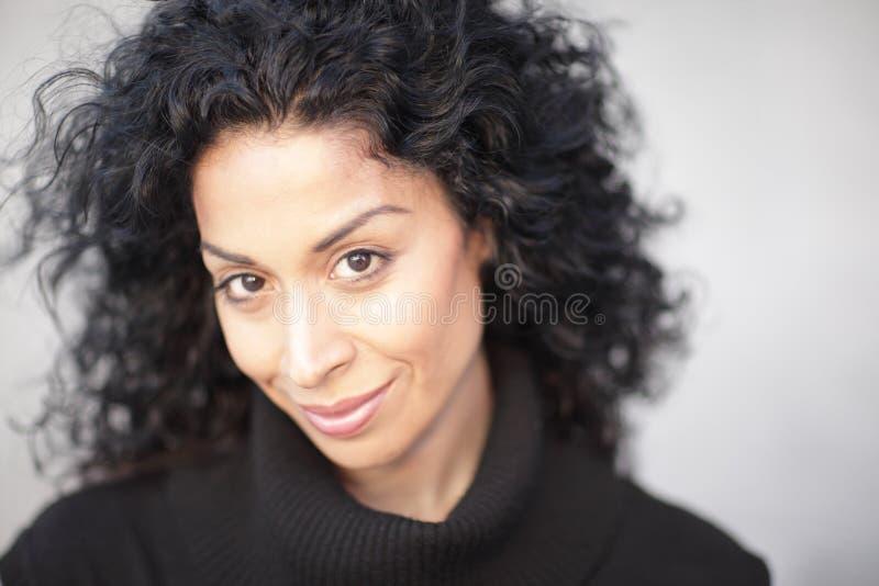 attraktiv headshotkvinna fotografering för bildbyråer