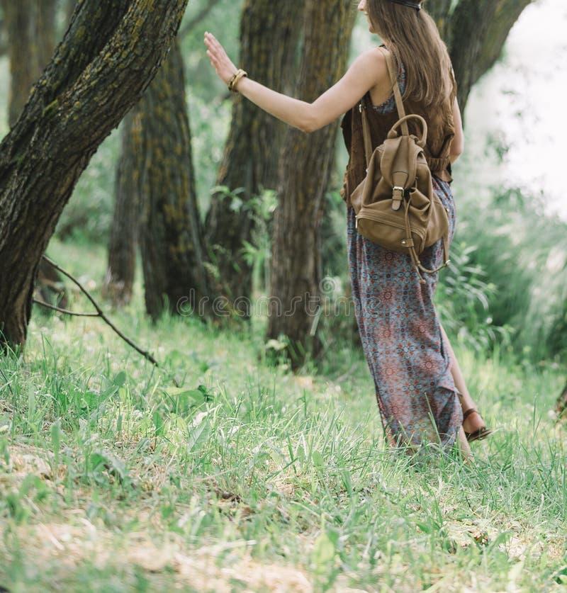 Attraktiv hippieflicka som g?r p? en skogbana royaltyfri bild