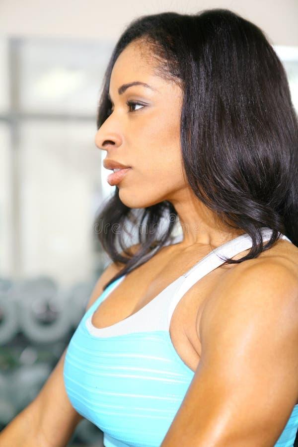attraktiv idrottshallkvinna för afrikansk amerikan arkivfoto