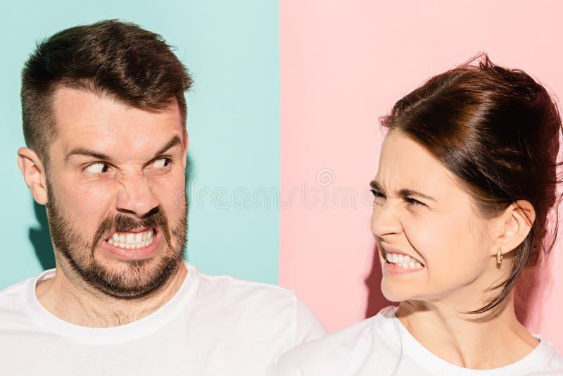 Attraktiv ilsken parstridighet och ropa på de arkivfoton