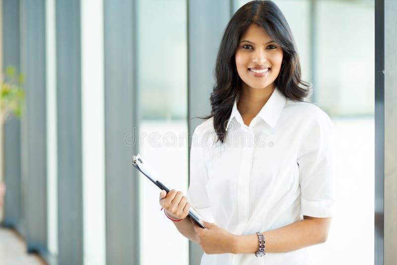 Attraktiv indisk affärskvinna royaltyfria foton