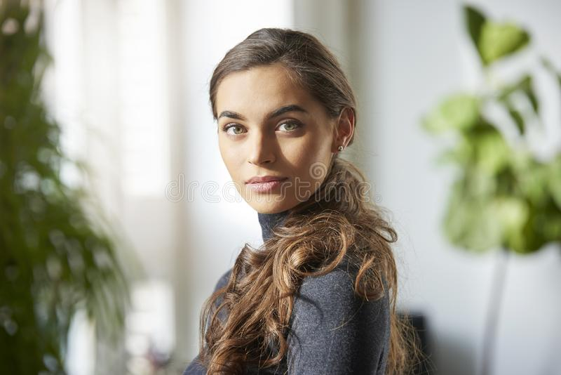 Attraktiv inomhus stående för ung kvinna arkivbilder