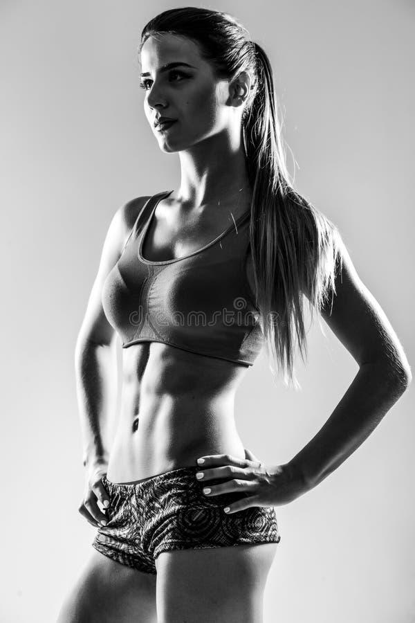 Attraktiv konditionkvinna, utbildad kvinnlig kropp arkivfoton