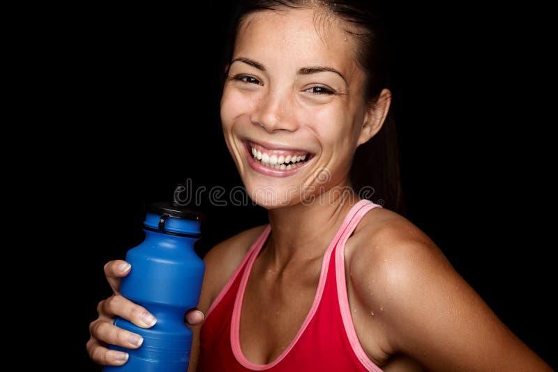 Attraktiv konditionsportswoman på svart bakgrund arkivbilder