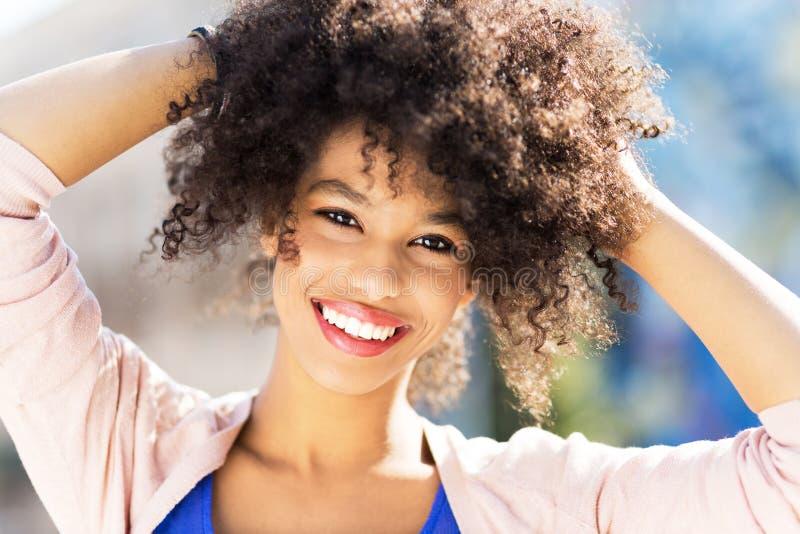 attraktiv kvinna för afrikansk amerikan arkivbild