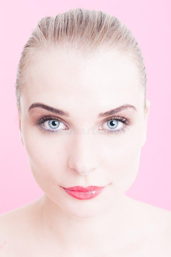 Attraktiv kvinna för blåa ögon som isoleras på rosa bakgrund royaltyfria foton