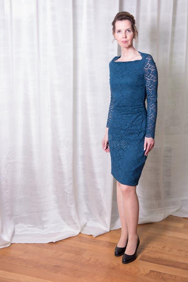 Attraktiv kvinna för stående i blåttklänning arkivbild
