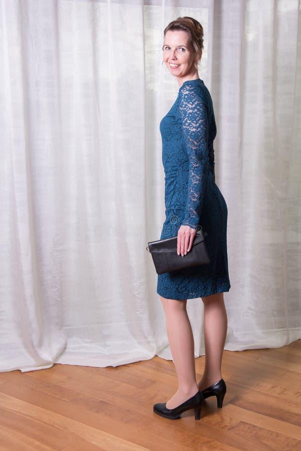 Attraktiv kvinna för stående i blåttklänning arkivbilder