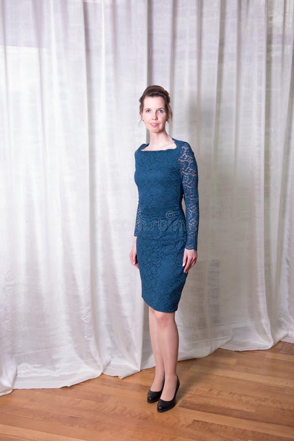 Attraktiv kvinna för stående i blåttklänning royaltyfri foto